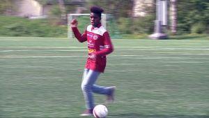 Jalkapalloilija Serge Atakayi haluaa pelata kansainvälisessä huippujoukkueessa.