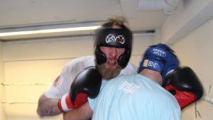Robert Helenius on ottanut lukemattomia sparrieriä niin Vaasassa kuin Sveitsissäkin hiotessaan kehäkuntoaan lauantain kovaan otteluun