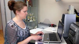 Susanna Halme opiskelee tietokoneella.