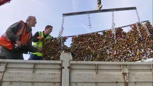 Työmiehet poistavat Pont des Arts -sillan kaiteita ja niihin kiinnitettyjä lemmenlukkoja.
