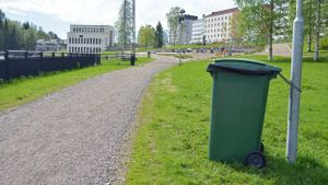 Roskapönttö Kajaaninjoen kävelytien varressa.