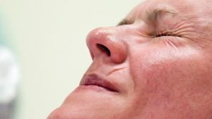 Synnyttävän naisen pinnistävät kasvot.