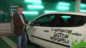 Sähköauton vuokraamiseen tarvitaan pistokkeen irroitus, kaksi kännykän painallusta ja parikymmentä sekuntia, näyttää Ekorentin toimitusjohtaja Juha Suojanen.
