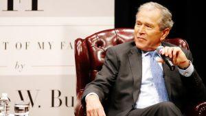 George W. Bush kirjansa julkaisutilaisuudessa Teksasissa.