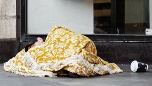 Koditon mies nukkuu kadulla Lontoossa.