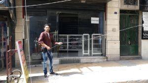 Mies asentaa sähköjohtoa kadulla Aleppossa.