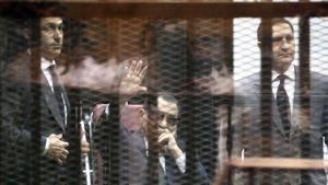 Egyptin entinen presidentti Hosni Mubarak (keskellä) oikeudessa 9. toukokuuta.