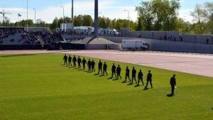 Raatin kentällä puolustusvoimain lippujuhlan paraatissa.