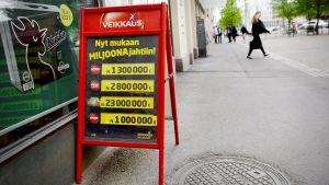 Veikkauksen mainoskyltti kadulla Helsingissä.