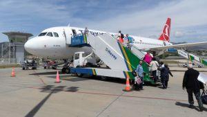 Matkustajia nousemassa Turkish Airlinesin koneeseen Alanyan Gazipasan kentällä