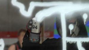 Kampin metrotunneliin maalataan graffititeosta.
