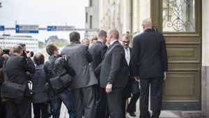 Hallitus saapuu Smolnaan.
