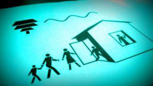 Graafinen kuva,jossa perhe siirtyy sisätiloihin