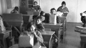 Koululaisia luokkahuonessa Menesjärvellä 1960-luvulla.