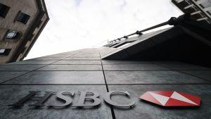 HSBC:n logo seinällä Lontoon Cityn kortteleissa.