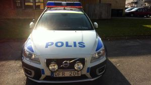 Ruotsin poliisin virka-auto Haaparannan poliisiaseman pihalla.