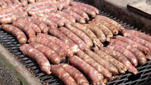 Luomumakkaraa grillissä.