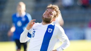 Perparim Hetemaj silmät kiinni Suomen maajoukkueen paidassa Viroa vastaan