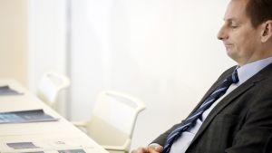 Alma Median toimitusjohtaja ja johtoryhmän puheenjohtaja Kai Telanne yhtiön osavuosikatsauksen infossa Helsingissä 30. huhtikuuta.
