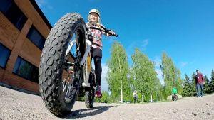 Viivi Karine ajaa läskipyörällä