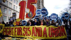 Ihmiset osoittavat mieltään New Yorkissa huhtikuussa 2015 sen puolesta, että minimipalkka nostettaisiin 15 dollariin tunnilta.