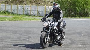 Ulla Ylikoski ajaa tuunaamallaan moottoripyörällä.