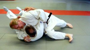 Kemin Kita-Kan judoseuran mustan vyön saanut 77-vuotias Kauko Mäkivuoti ja Timo Potila