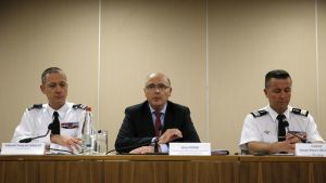 Onnettomuuden tutkijaryhmään kuuluva ranskalainen syyttäjä Brice Robin (keskellä) puhui lehdistötilaisuudessa.