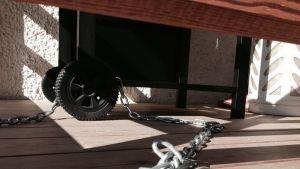 Kaasugrilli lukittuna kettingillä talon edessä.