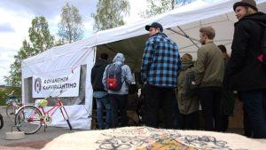Virallisen festivaaliohjelman lisäksi elokuvia voi katsella Sodankylän torilla. Rovaniemen Kahvipaahtimon teltassa esitetään lauantaina kello 15 alkaen Oulun musiikkivideofestivaalien teoksia.