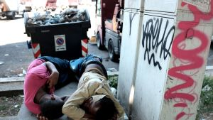 Kaksi pakolaista nukkuu Rooman Tiburtinan aseman edustalla.