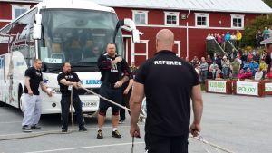Hafthor Björnsson valmistautuu vetämään bussia köydellä