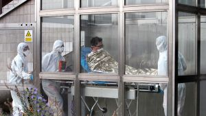 Eteläkorealaista miestä viedään sairaalahoitoon.