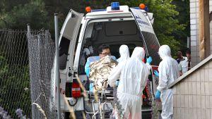 Eteläkorealaista miestä viedään sairaalahoitoon .