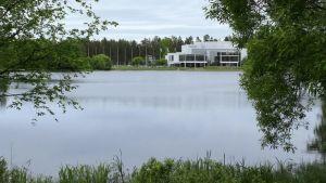 konserttitalo Mikaeli Mikkelissä lammen rannalla