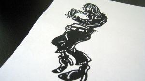Piirrosmallis 70-lukulaisesta nuoresta miehestä mikrofonin varressa