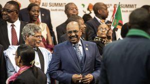 Sudanin presidentti Omar al-Bashir (kuvassa keskellä) Afrikan unionin huippukokouksessa Johannesburgissa, Etelä-Afrikassa, 15. kesäkuuta.