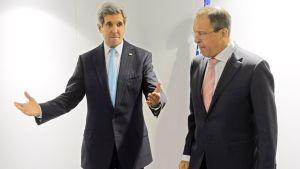 Arkistokuva Yhdysvaltojen ulkoministeristä John Kerrysta ja Venäjän ulkoministeristä Sergei Lavrovista. Kuva on otettu Itävallassa joulukuussa 2014.