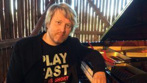 Pekka Virtanen työskentelee pianonvirittäjänä sekä ääniteknikkona