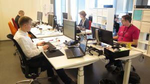 Työntekijöitä tietokoneiden ääressä Solitan toimistossa.