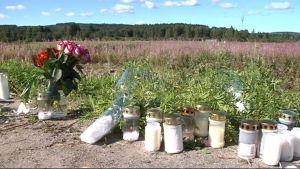 Kynttilät Ahvenisen onnettomuuspaikalla.