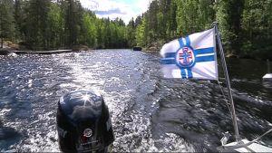Etelä-Konneveden kansallispuistoa veneestä käsin.