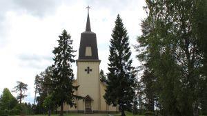 Polvijärven kirkko pilvisenä kesäpäivänä.