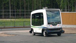 Robottibussi ilman kuljettajaa koeajolla Vantaalla.