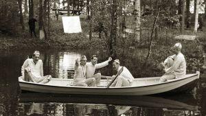 Juhanusveljekset veneessä.