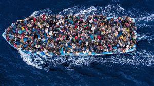Pakolaisia kalastusveneessä Välimerellä