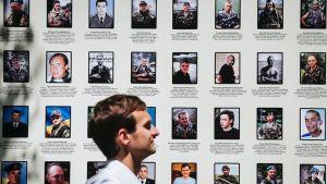 Itä-Ukrainan kriisissä kuolleiden sotilaiden muistoseinä Kiovassa 15. kesäkuuta.