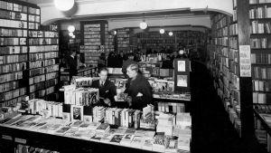 Asiakkaita Akateemisen ulkomaisen kirjallisuuden osastolla 1930-luvulla.