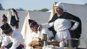 Sairaanhoitaja ja sotilaita eli esiintyjiä Napoleonin sodan viime vaiheita kuvanneessa näytöksessä Lignyssä Belgiassa kesäkuussa 2015.