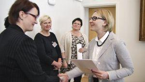 Eduskunnan puhemies Maria Lohela vastaanotti 16. kesäkuuta 2015 ensimmäistä kertaa kansalaisaloitteen.